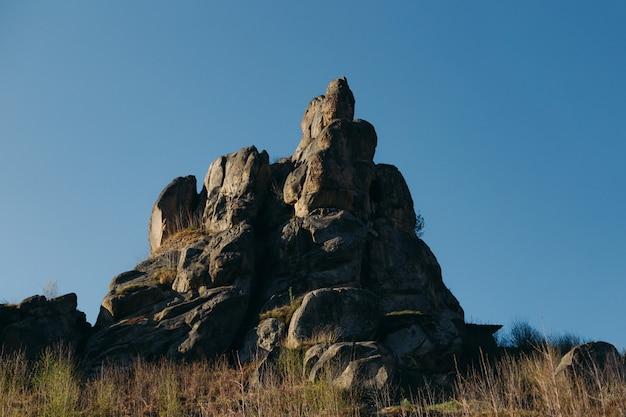 Bergrotsen. natuurstenen fort in tustan, oekraïne