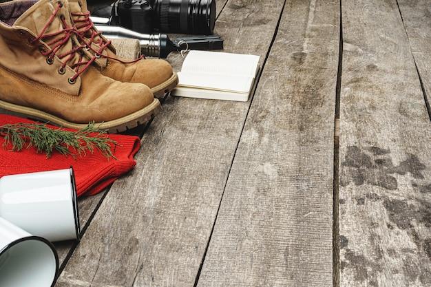 Bergschoenen en wandeluitrusting op houten planken