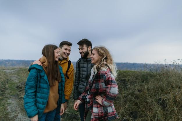 Bergtocht vrienden beklimmen samen de berg