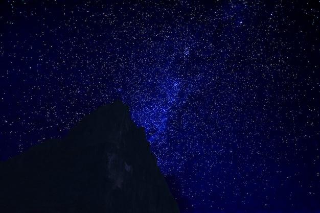 Bergtop in de donkere nacht