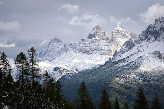 Bergtop in de winter, dolomiet, italië