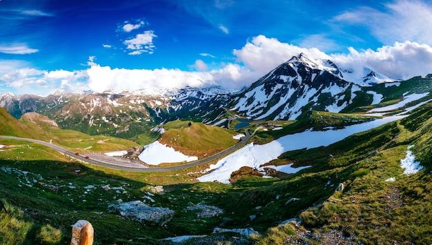 Bergtoppen bedekt met sneeuw. schoonheidswereld italië europa