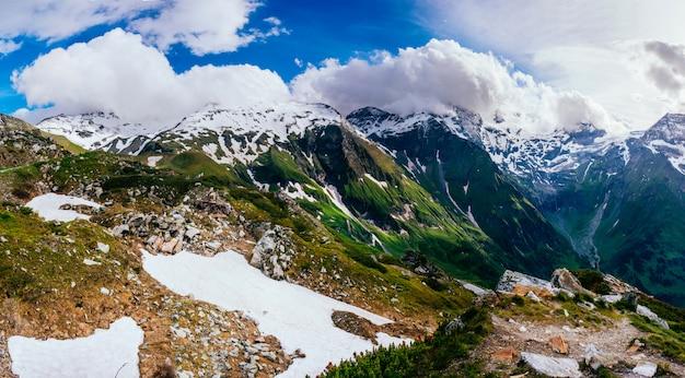 Bergtoppen bedekt met sneeuw