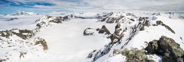 Bergtoppen en besneeuwde bergkammen in de alpen
