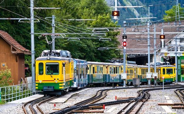 Bergtreinen met tandheugel en rondsel bij spoorwegdepot lauterbrunnen in zwitserland