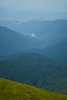 Bergvallei tijdens zonsopgangzonsondergang. natuurlijk zomerlandschap.