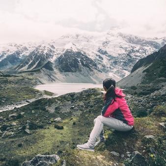 Bergwandelaar die in wildernislandschap reizen.