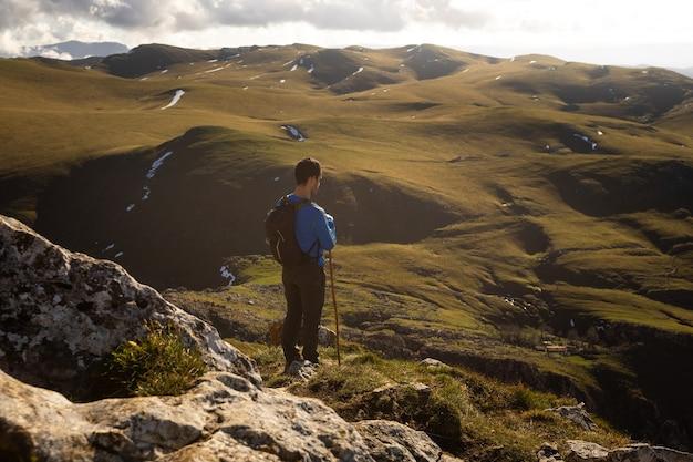 Bergwandelaar op de top van de txindoki-piek in baskenland