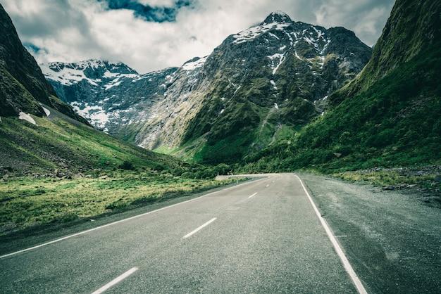 Bergweg bergopwaarts met natuurlandschap