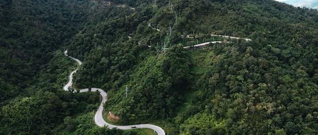 Bergweg en groene bomen van bovenaf naar pai, thailand