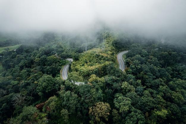 Bergweg in regenachtige en mistige dag, weg naar pai