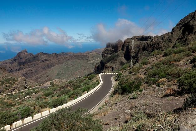 Bergweg met oceaanachtergrond