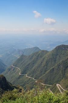 Bergweg met veel scherpe bochten