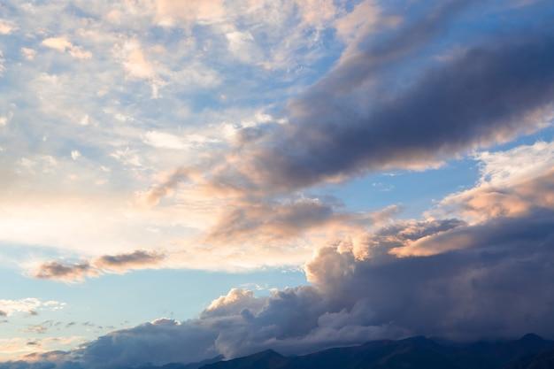 Bergwolken voor regen over bergtoppen