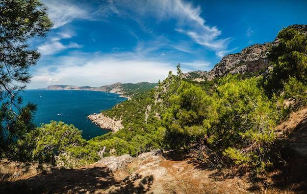 Bergzeekust op een zonnige zomerdag, panoramisch uitzicht