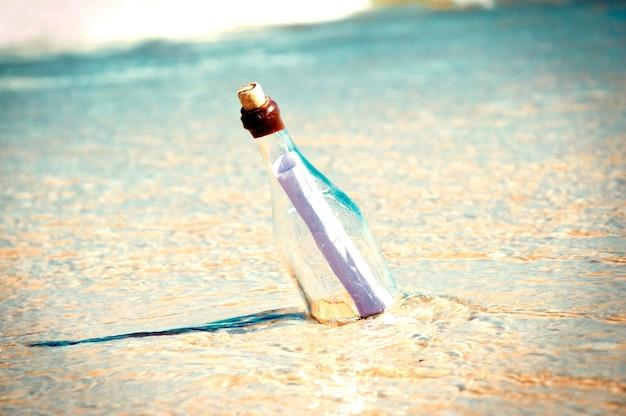 Bericht in een fles op het strand