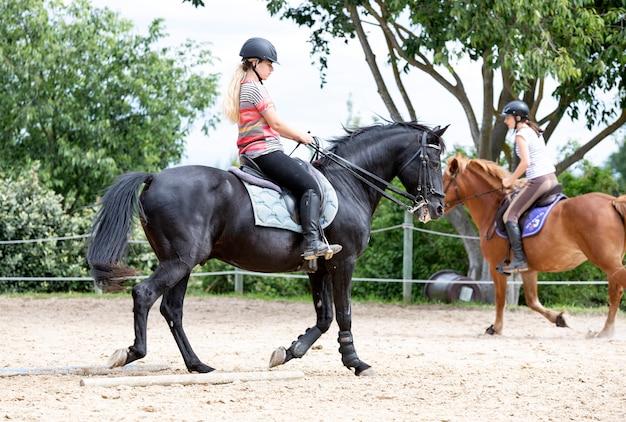 Berijdend meisje en paard