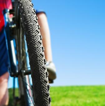 Berijdende mountainbike en blauwe hemelachtergrond