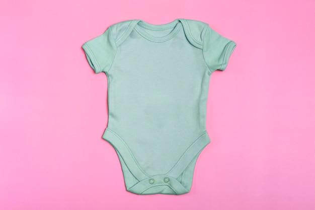 Berken lege baby romper sjabloon, mock up close-up op roze achtergrond. babyromper, jumpsuit voor pasgeborenen. uitzicht van boven