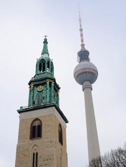 Berlijnse tv-toren en klokkentoren van de oudste st.mary-kerk (marienkirche)