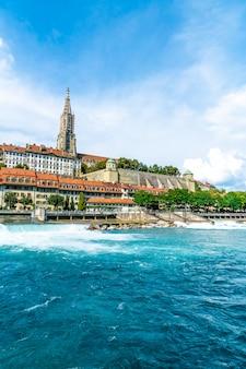 Bern city en berner munster-kathedraal in zwitserland