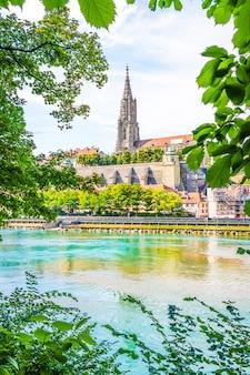 Bern city en de kathedraal van berner munster in zwitserland