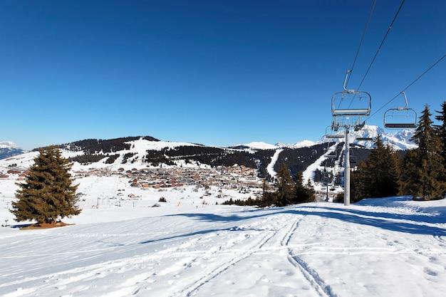 Beroemd bergstation in de alpen in frankrijk
