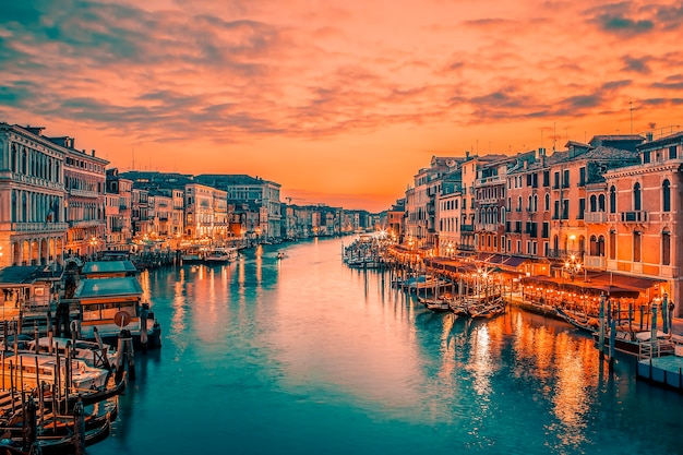 Beroemd groot kanaal van de rialtobrug bij blauw uur, venetië, italië. speciale fotografische verwerking.