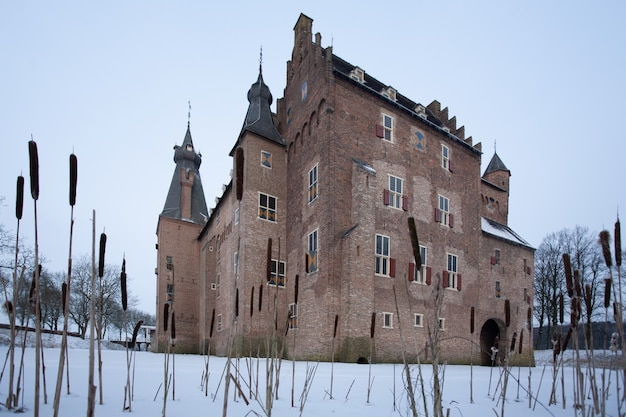 Beroemd historisch kasteel doorwerth in heelsum, nederland tijdens de winter
