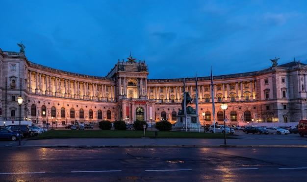 Beroemd hofburg paleis in wenen in de avond, oostenrijk