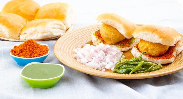 Beroemd indisch straatvoedsel vada pav