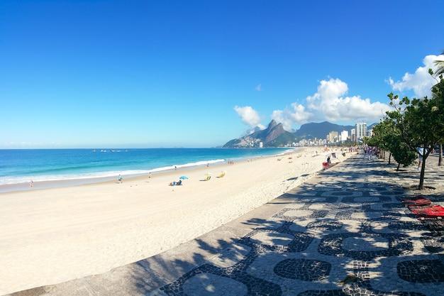 Beroemd ipanema-strand in rio de janeiro, brazilië.