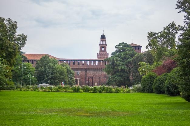 Beroemd sempione-park in milaan en kasteel sforzesco.