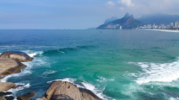 Beroemd strand van arpoador en ipanema in rio de janeiro, brazilië.