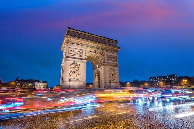 Beroemde arc de triomphe bij schemering in parijs, frankrijk