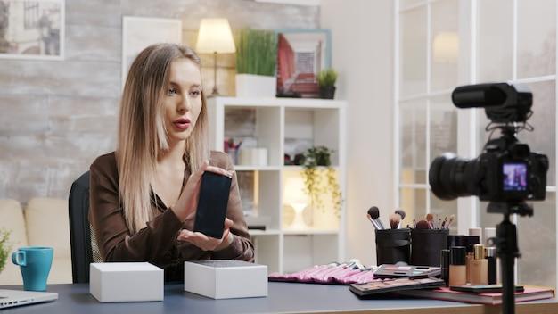 Beroemde beauty-influencer die unboxing opneemt voor haar vlog. creatieve contentmaker.