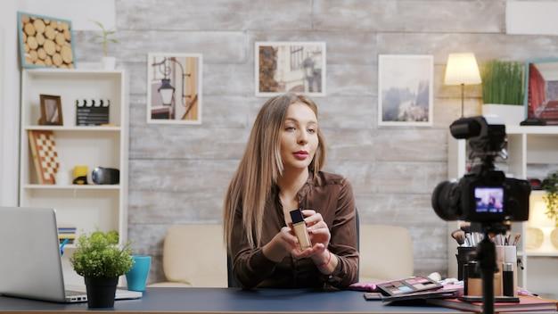 Beroemde beautyvlogger die een video opneemt over huidverzorgingsproducten. visagist filmt een tutorial.