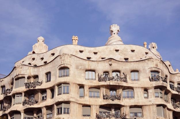 Beroemde bezienswaardigheid van barcelona - het werk casa milo van antonio gaudi