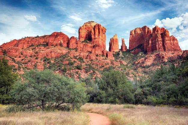 Beroemde cathedral rock, sedona is een van de meest populaire plekken in arizona