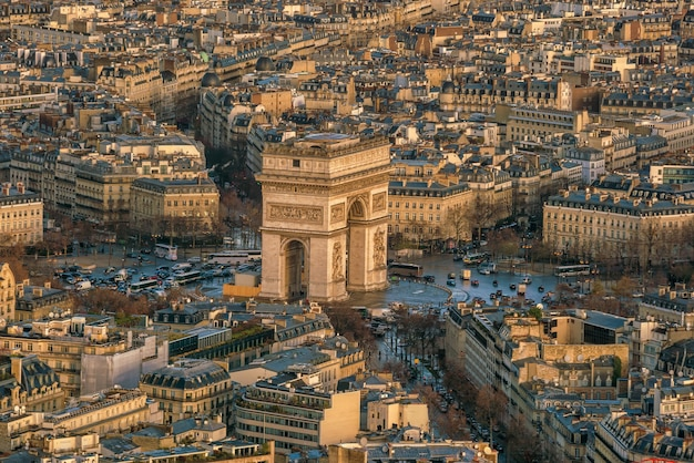 Beroemde champs-elysees en arc de triomphe in parijs, frankrijk vanuit bovenaanzicht