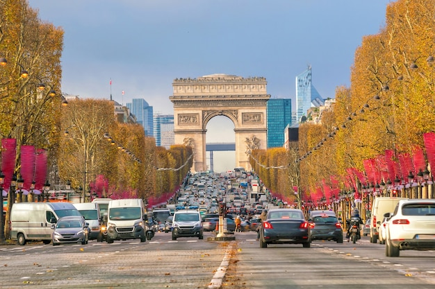 Beroemde champs-elysees en arc de triomphe in parijs, frankrijk