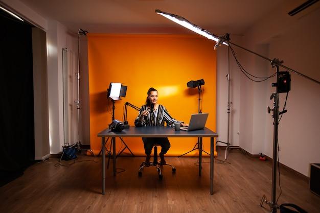 Beroemde creatieve vrouw die podcast opneemt in thuisstudio