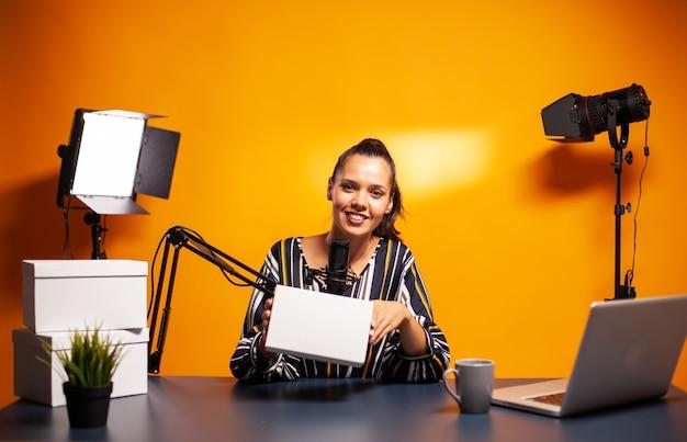 Beroemde creatieve vrouw neemt weggeefactie op vanuit thuisstudio
