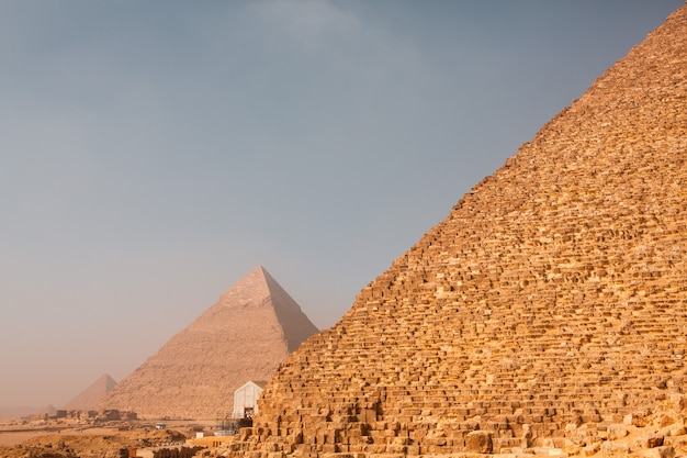 Beroemde egyptische piramides van gizeh. landschap in egypte. piramide in woestijn. afrika