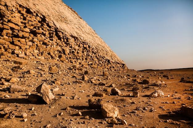 Beroemde egyptische piramides van gizeh. landschap in egypte. piramide in woestijn