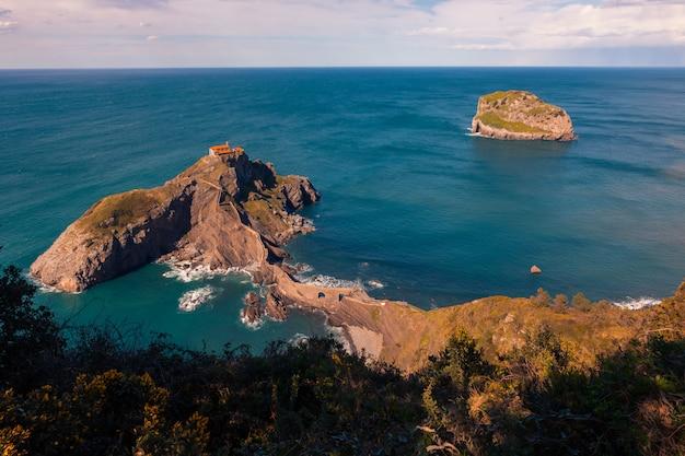 Beroemde gaztelugatxe-rots met een echt mooie zonsondergang in juli naast bermeo en bakio in het baskenland.