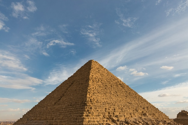 Beroemde grote gizeh-piramides in zandwoestijn in caïro.