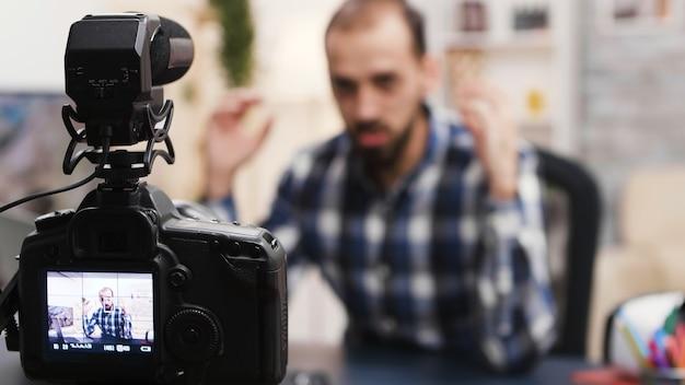 Beroemde influencer schreeuwt tijdens het opnemen van een nieuwe vlog. creatieve contentmaker.