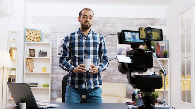 Beroemde influencer vertelt over nieuwe slimme speaker in zijn vlog. creatieve contentmaker.