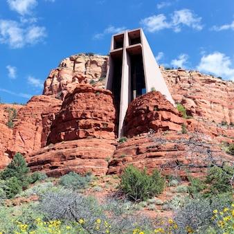 Beroemde kapel van het heilige kruis tussen rode rotsen in sedona, arizona